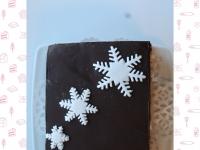 Piernik przełożony kremem, czekoladą i marmoladą